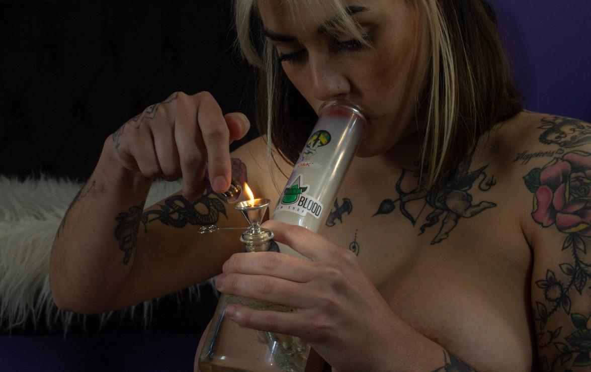 """♥️""""Llegando a casa ansiosa por fumar con mi nuevo bong""""♥️"""